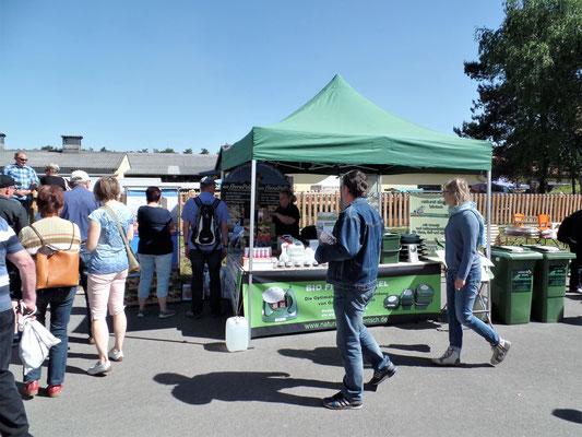 Interessierte Besucher am Stand vom naturalshop Häntsch aus Wilthen