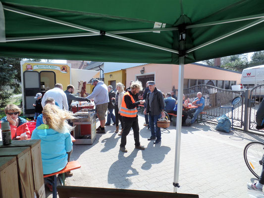 Herr Sven Näther im Gespräch mit Besuchern vom Bauernmarkt