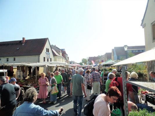 Viele Besucher an den Verkaufsständen trotz der großen Hitze