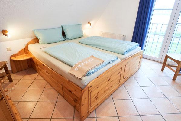 """Schlafzimmer der Ferienwohnung """"Wiesenidyll"""" auf dem Imkershof der Familie Röhrs in Schneverdingen-Surbostel"""