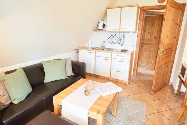 """Wohnbereich mit Küchenzeile der Ferienwohnung """"Wiesenidyll"""" auf dem Imkershof der Familie Röhrs in Schneverdingen-Surbostel"""