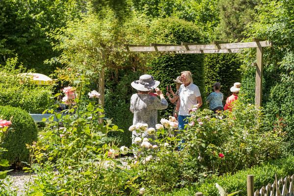 Gäste im Garten Altes Forstamt