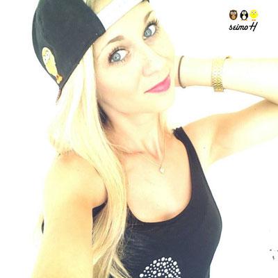 Blonde Selfie Queen ganz cool mit der seimoH Snapback