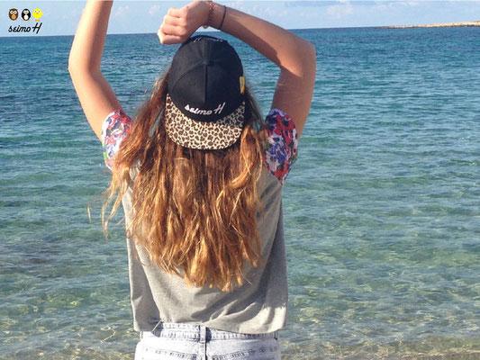 Cooles Mädchen am Strand mit seimoH