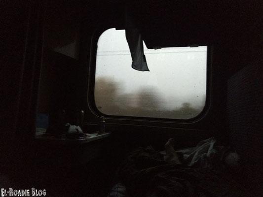 Augen auf und man sieht die Bäume und den grauen Himmel vorbei ziehen