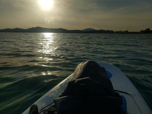 Zum Sonnenuntergang kann man in der Umgebung der Fischzucht Delfine sehen