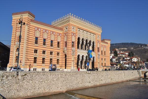 Das Rathaus, früher mal Bibliothek. Brannte leider im Krieg komplett aus, wurde aber restauriert.