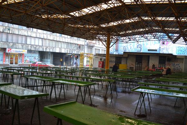 Pijaca Markt, hier schlug eine Granate während der Belagerung ein und tötete viele Menschen. Ein Mahnmal erinnert an sie.