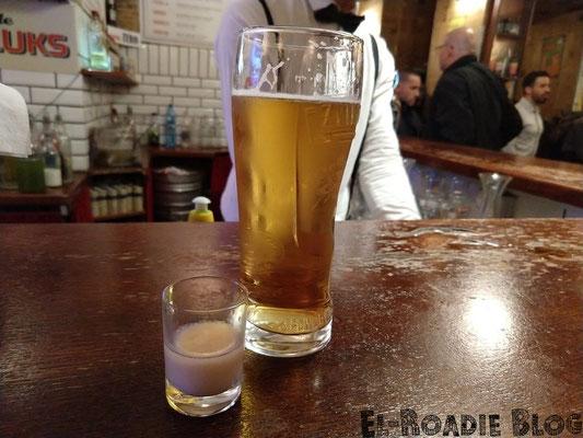 Meine Lieblingskneipe in Warschau. Bier und Soplica Haselnusslikör mit Milch