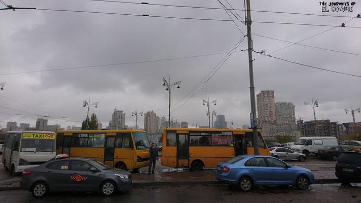 Die Farbe grau überwiegt beim Verlassen des Bahnhofes in Kiew