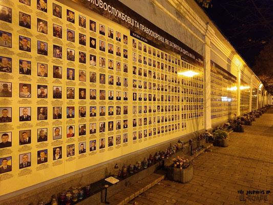 Trauerwand für die Opfer in der Ostukraine