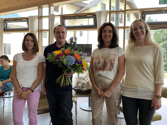 Der ehemalige Schulleiter Peter Donegani, gemeinsam mit seiner Nachfolgerin Christine Koller (l.), Hohenfried Vorstand Astrid Kreuzer (m.) und der Leitung des Kinder- und Jugendbereiches des Hohenfried e.V., Stephanie Hoven.