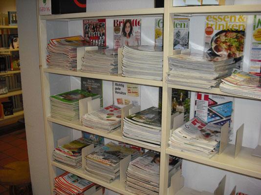 Eine große Auswahl unterschiedlicher Zeitschriften für Erwachsene liegen bereit.