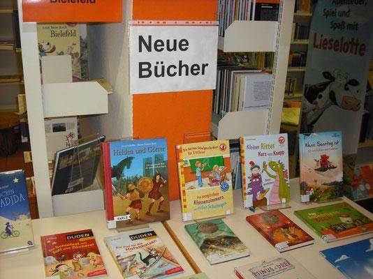 Unser aktueller Büchertisch für Kinder: hier liegt eine Auswahl von Neuerscheinungen