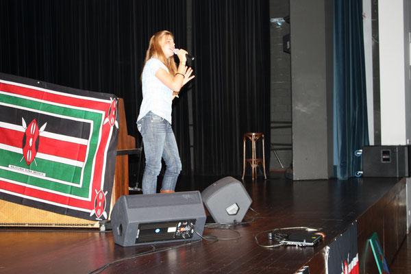 """14 Jahre alt, Charity Gala, hat den Song """"Für dich"""" von Yvonne Catterfeld gesungen."""