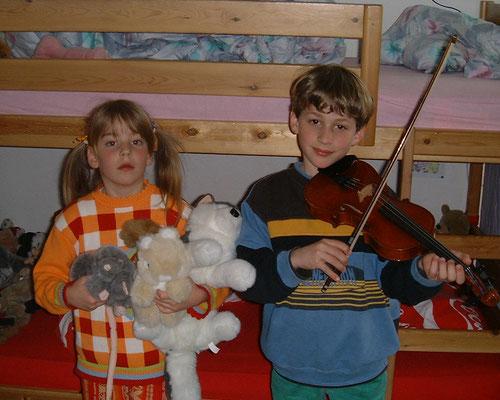 5 Jahre alt, mit ihrem Bruder Marc im Kinderzimmer.