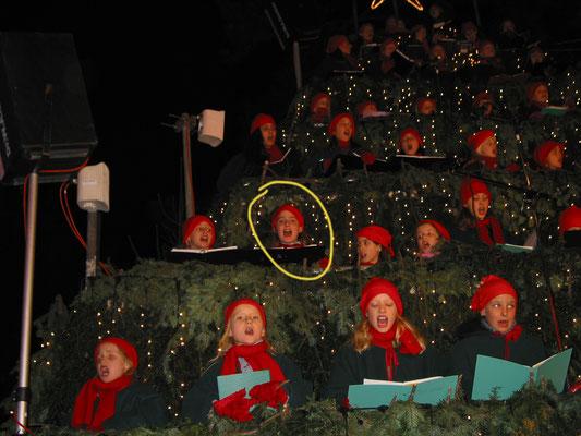 7 Jahre alt, mit dem Zürcher Musikschule Kinderchor, Auftritt auf dem Singing-Chrismas-Tree in Zürich.