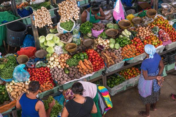 Markthalle in Praia. Gemüse reichlich, aber es muss hart dafür gearbeitet werden. Zudem noch hat es seit drei Jahren nicht mehr geregnet.