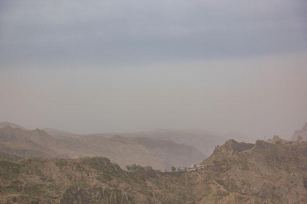Bei diesem Foto sieht man, wie der Sahara Staub die Sicht beeinträchtigt.