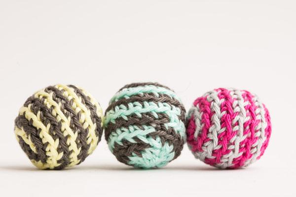 gehäkelte Spielbälle für Katzen Farbkombinationen erhältlich in dunkelgrau und türkis sowie himbeere und braungrau