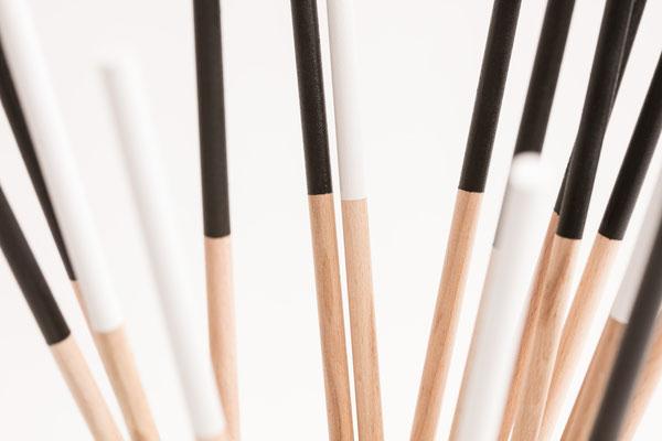 Holzstäbe der Katzenspielangeln mit weißer oder schwarzer Lackierung