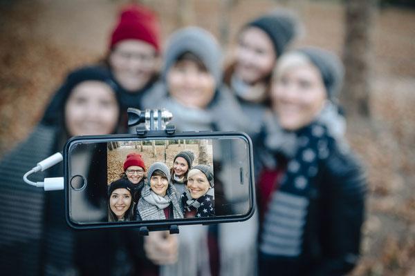 Freundeshooting Darmstadt - Fotos von Freunden - Gruppenbild mit Handy