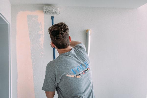 Businessfotos im Odenwald - Fotografie für Unternehmen - Maler streicht Wand an