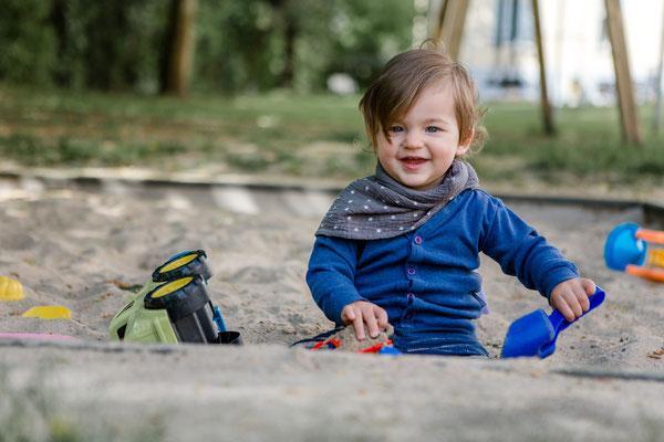 Familienfotos Frankfurt - Kleinkind spielt in Sandkasten
