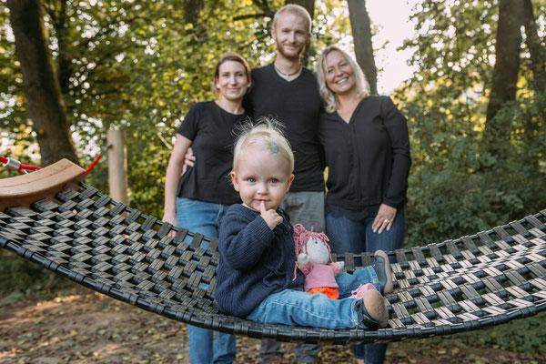 Familienfotos Odenwald - Kleinkind sitzt auf Hängematte