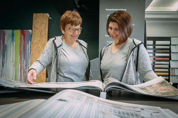 Businessfotos im Odenwald - Fotografie für Unternehmen - Mitarbeiterinnen begutchten Tapeten