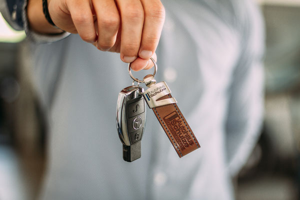 Businessfotografie Odenwald - Werbefotograf - Businessfotos - Autohändler hält Schlüssel