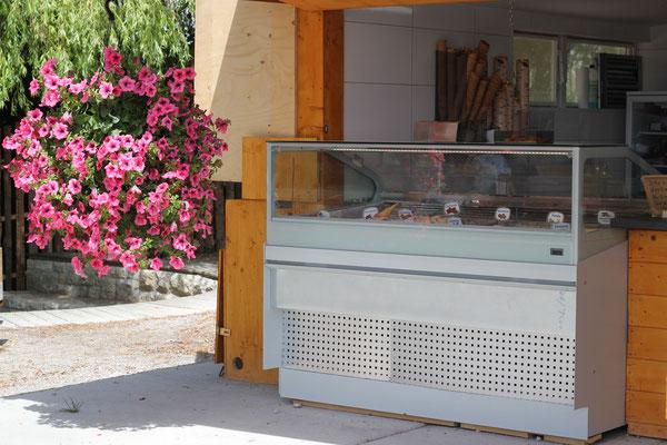Unsere leckeren Eissorten werden täglich frisch von unserer Eisprinzessin in Lochhausen gemacht. Anschließend landen Sie dann für euch in unseren Eisvitrinen, damit ihr euch eure Lieblingssorte aussuchen könnt.