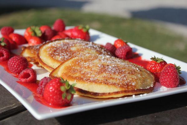 Unsere Pancakes werden in jedem Café selbst gebacken und mit einer leckeren Erdbeersoße serviert.