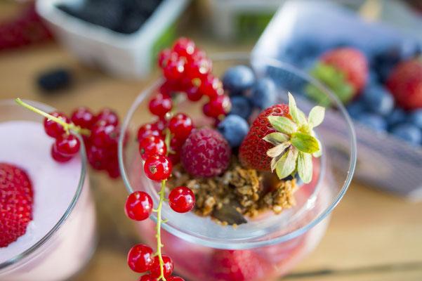 Unser Müsli wird von uns selbst geröstet und anschließend mit frischen Erdbeeren, einer selbstgemachten Erdbeersoße und mildem Joghurt verfeinert.
