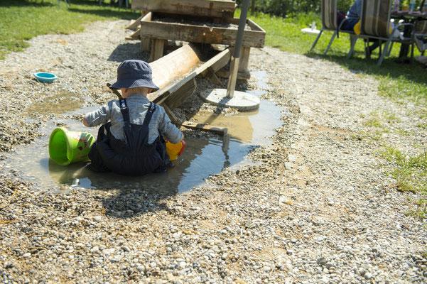 Wasserpritscheln und Sandmatschen ist am Wasserspielplatz angesagt.