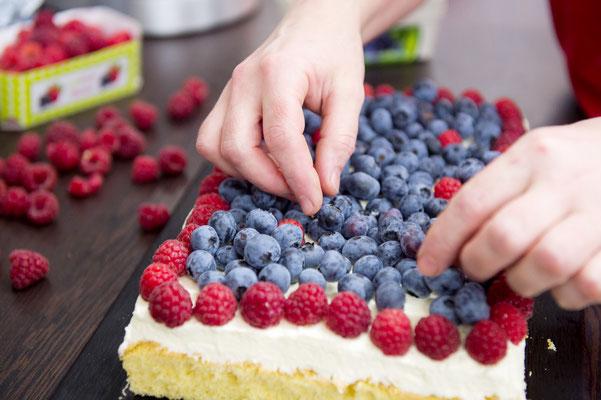 Unsere Kuchen werden jeden Tag frisch gebacken und mit den besten Hofreiter-Beeren für euch belegt.