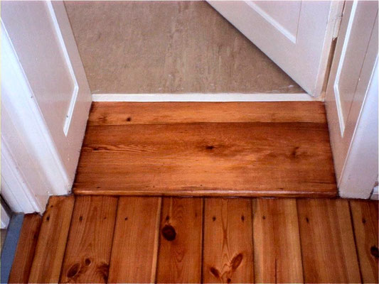 Door sill and floorboards with Le Tonkinois satin