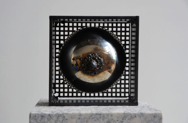 "2018 Dr. Dietmar Hawran - www.kunstarsenal-ravensburg.de - Metallobjekt ""Not me"", 15 x 15 cm"