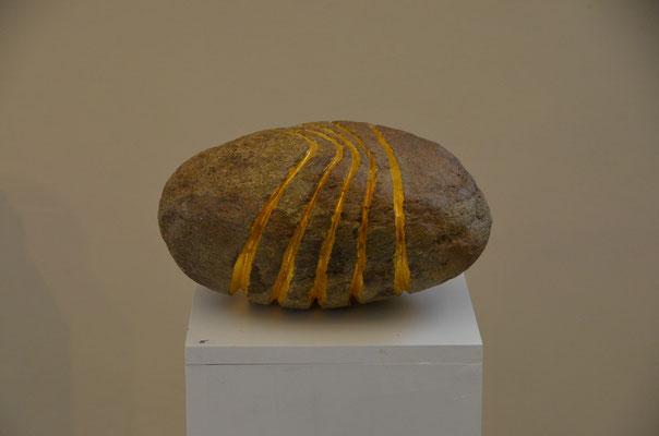 "2015 Dr. Dietmar Hawran - www.kunstarsenal-ravensburg.de - ""Goldlinien"", Flusstein, ca 40 x 30 x 20 cm"