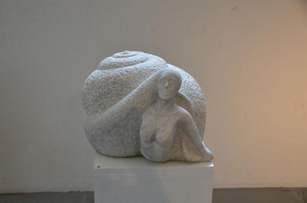 "2011 Dr. Dietmar Hawran - www.kunstarsenal-ravensburg.de - ""die Nixige"", Marmor, ca. 45 x 45 x 45 cm"