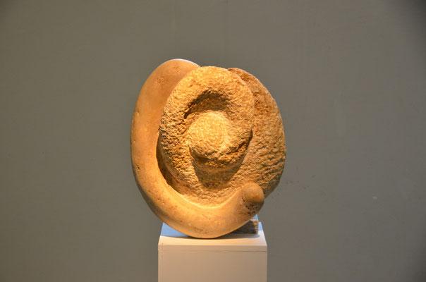 """2015 Dr. Dietmar Hawran - www.kunstarsenal.de - """"Umschlingung und Spaltung"""", Canstatter Travertin, ca 70 x 30 x 20 cm"""