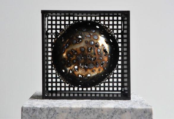 "2018 Dr. Dietmar Hawran - www.kunstarsenal-ravensburg.de - Metallobjekt ""Me too"", 15 x 15 cm"