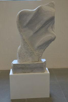 """2014 Dr. Dietmar Hawran - www.kunstarsenal-ravensburg.de - """"im Wind"""", Marmor vmtl. aus Peccia, ca 110 x 70 cm"""
