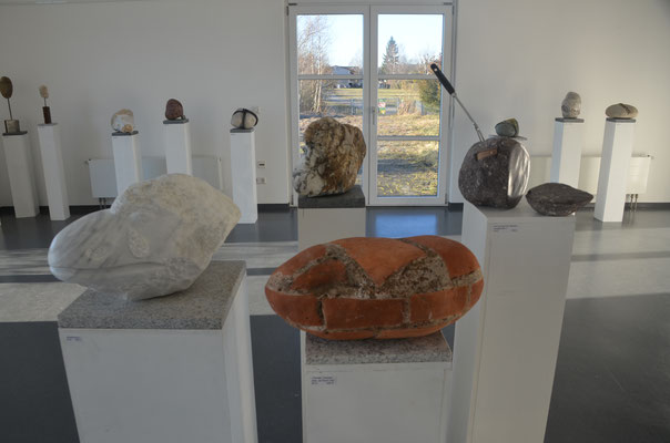 """2020 Einzelausstellung im Naturschutzzentrum Eriskirch """"Migranten - Objekte und Skulpturen aus Flusssteinen"""""""