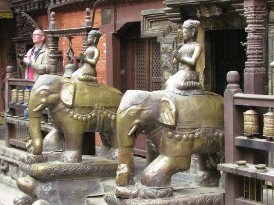 bewacht von Elefanten