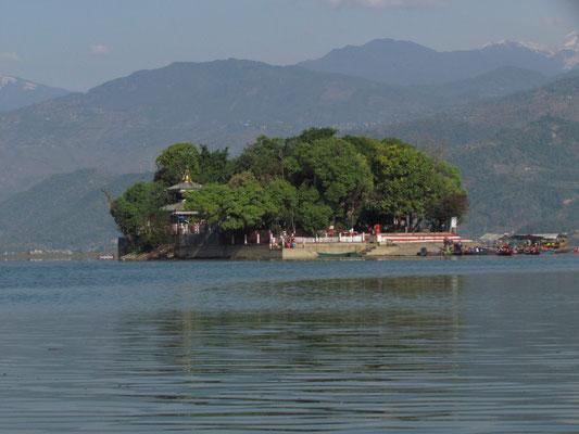 Insel mit dem Varahi-Mandir-Tempel