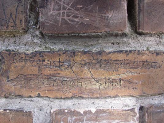 mit Inschriften