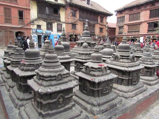 viele kleine Stupas