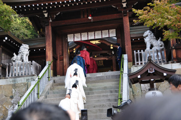 神門から拝殿へ参進