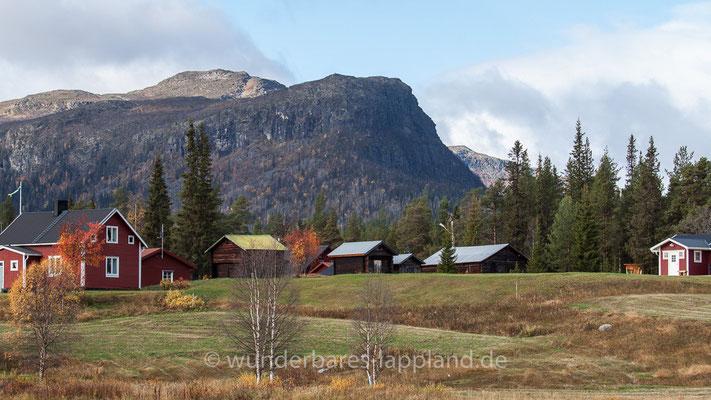 Die mächtige, beinahe lotrechte Felswand (Bänkanjunnje) aus schwarzgrauem Granit prägt die Landschaft bei Årrenjarka